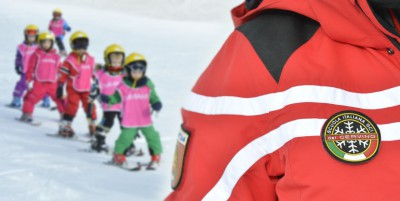 01 Children learning to ski